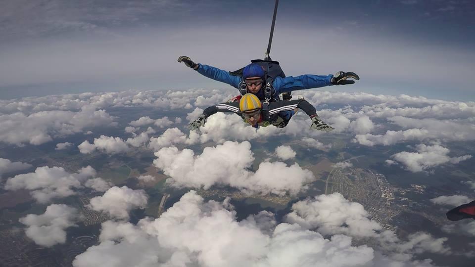 две лица паѓаат слободно во скок со падобран